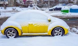 La Volkswagen Maggiolino nell'inverno fotografie stock