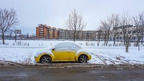 La Volkswagen Maggiolino nell'inverno parcheggiata fotografia stock