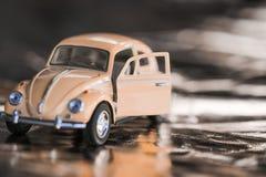 La Volkswagen Maggiolino rosa immagine stock