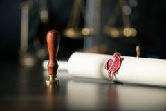La voluntad y el testamento pasados con el documento de madera del mazo del juez es fotos de archivo