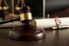 La voluntad y el testamento pasados con el documento de madera del mazo del juez es fotografía de archivo