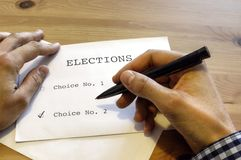 La votación en la tabla con las manos Fotos de archivo