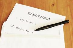 La votación en la tabla con una pluma Imagen de archivo libre de regalías