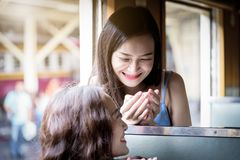 La voyageuse asiatique de femmes ont boire une tasse de café ainsi que images stock