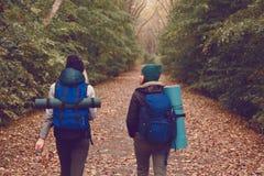 La voyageuse d'amie avec des sacs à dos est allée trimarder dans les bois Photos libres de droits
