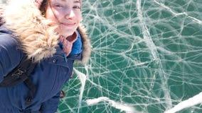 La voyageuse de charme de fille de brune prend un selfie se tenant sur la glace lumineuse claire du lac Baïkal Voyage vers la Sib photo libre de droits