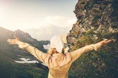 La voyageuse de femme remet augmenté augmentant l'aventure d'été de concept de mode de vie de voyage Photographie stock