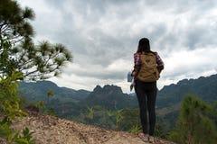 La voyageuse de femmes avec le sac à dos vérifie la carte Photographie stock