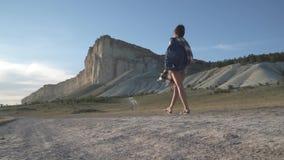 La voyageuse de fille va à la roche blanche banque de vidéos