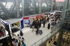 La voyageuse de personnes thaïlandaises et d'étranger attendent le vol avec des passagers Photographie stock
