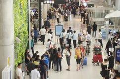 La voyageuse de personnes thaïlandaises et d'étranger attendent le vol avec des passagers Images stock