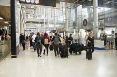 La voyageuse de personnes thaïlandaises et d'étranger attendent le vol avec des passagers Image stock