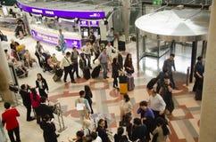 La voyageuse de personnes thaïlandaises et d'étranger attendent le vol avec des passagers Photos stock