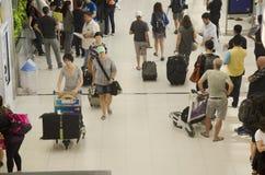 La voyageuse de personnes thaïlandaises et d'étranger attendent le vol avec des passagers Photographie stock libre de droits