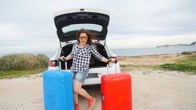 La voyageuse heureuse de femme avec des valises s'approchent de sa voiture clips vidéos