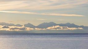 La vraie gamme de montagne de Cordillère au lever de soleil, lac Titicaca, Bolivie Photos stock