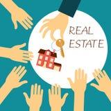 La vraie participation d'agent immobilier de main tient une clé Photos libres de droits