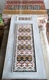 La vue à angles d'un détail architectural d'une mosaïque décorative a coloré le panneau Photographie stock