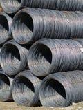 Rangées empilées de fil d'acier enroulé Photos stock
