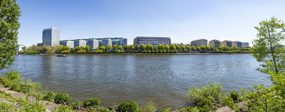 La vue à la canalisation de rivière encaisse à Francfort dans le secteur occidental de port Image libre de droits
