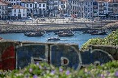 La vue à la rivière de Douro avec des bateaux de rabelo et à la ville de Gaïa comme fond, brouillent l'illustration urbaine de gr photo libre de droits