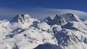 La vue étonnante au-dessus de la neige a couvert des montagnes image stock