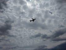 La vue étonnante d'avion décollent Image libre de droits