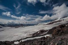 La vue étonnante du ciel bleu et de la neige a couvert la vallée de montagne Image libre de droits