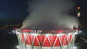 La vue aérienne a allumé la tour de refroidissement avec le nuage de vapeur à la station banque de vidéos