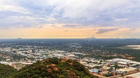 La vue aérienne d'étendre rapidement la ville de Gaborone a étendu au-dessus de t photo stock