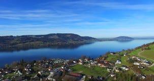 La vue aérienne d'Attersee est le plus grand lac du Salzkammergut clips vidéos