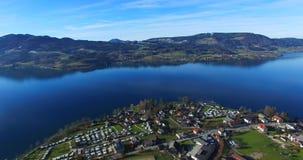 La vue aérienne d'Attersee est le plus grand lac du Salzkammergut banque de vidéos