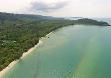 La vue aérienne d'oeil du ` s d'oiseau de la mer placide de vert vert et le ` s du golfe de Thaïlande marchent photographie stock libre de droits