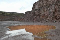 La vue aérienne dans une mine de carrière de porphyre bascule images stock
