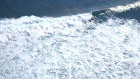 La vue aérienne de bourdon d'écumer géant ondule dans l'océan Mouvement lent 3840x2160 banque de vidéos
