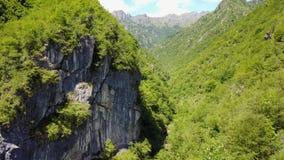 La vue aérienne de bourdon de l'oasis naturaliste a appelé Val Vertova clips vidéos