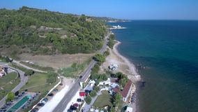 La vue aérienne de la côte avec des collines et des arbres dans le secteur de Nea Skioni dans Halkidiki Grèce, avancent par le bo clips vidéos