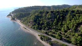 La vue aérienne de la côte avec des collines et des arbres dans le secteur de Nea Skioni dans Halkidiki Grèce, avancent par le bo banque de vidéos