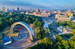 La vue aérienne de Kiev avec l'amitié des nations arquent et place européenne - Ukraine Photo stock