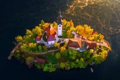 La vue aérienne de l'église de l'hypothèse dans le lac a saigné, la Slovénie images libres de droits