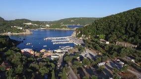 La vue aérienne de l'île grecque de Corfou, village de Paleokastritsa, avancent par le bourdon clips vidéos