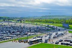 La vue aérienne de l'automobile d'aéroport a serré le parking dans l'aéroport international de Pulkovo à St Petersburg, Russie Image stock