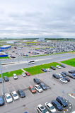 La vue aérienne de l'automobile d'aéroport a serré le parking dans l'aéroport international de Pulkovo à St Petersburg, Russie Photo libre de droits