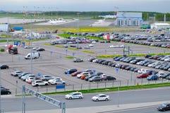 La vue aérienne de l'automobile d'aéroport a serré le parking dans l'aéroport international de Pulkovo à St Petersburg, Russie Photo stock