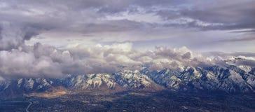 La vue a?rienne de l'avion du Wasatch Front Rocky Mountain Range avec la neige a couvert des cr?tes en hiver comprenant les ville image libre de droits
