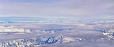 La vue a?rienne de l'avion du Wasatch Front Rocky Mountain Range avec la neige a couvert des cr?tes en hiver comprenant les ville photo stock
