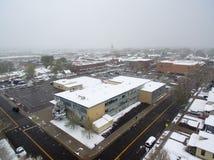 La vue aérienne de la neige a couvert l'école Photographie stock libre de droits