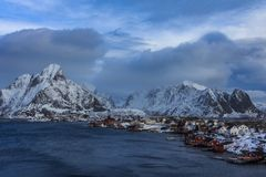 La vue aérienne de lofoten des îles dans le vil de pêche de la Norvège d'horaire d'hiver images stock