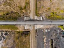 La vue aérienne de panorama a tiré sur le pont en route au-dessus du chemin de fer Photographie stock libre de droits