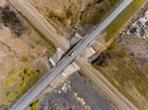 La vue aérienne de panorama a tiré sur le pont en route au-dessus du chemin de fer Image stock